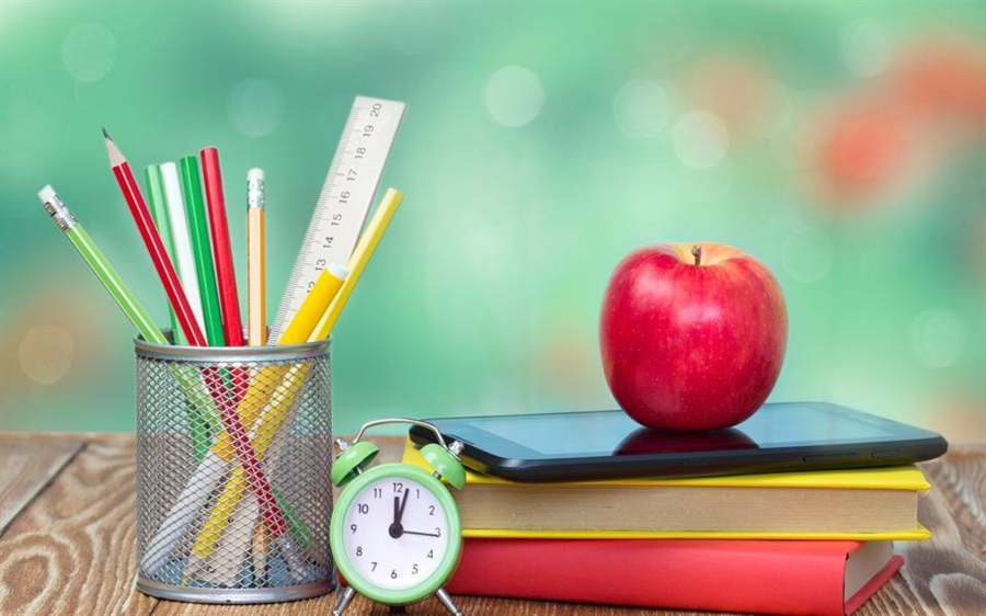 school-supplies-on-green-empty-space-background_b7cfe406-0b0d-11e7-ba13-f6aef3964879